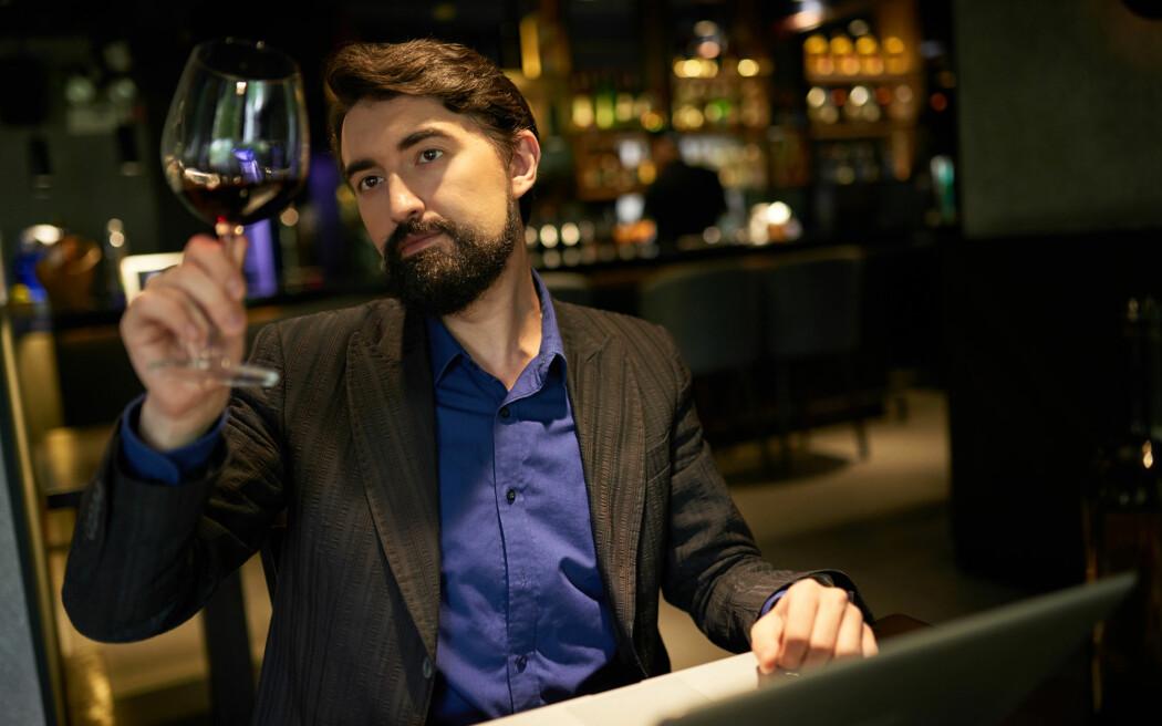 - Har man fått et tips om en vin fra en bekjent med peiling, spiller det mindre rolle hva en ekspert man ikke kjenner eventuelt måtte mene om saken, skriver Christer Thrane. (Illustrasjonsfoto: Shutterstock / NTB Scanpix)