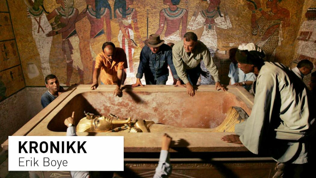 Siden årtusenskiftet har analyser av gammelt DNA blitt vanligere i vitenskapelige miljøer, men hva gjør vi når funnene ikke støtter opp under tradisjonell arkeologi? Bildet er fra 2007, da det ble tatt DNA-prøver av faraoen Tutankhamon i håp om å finne nye svar om slektskapet og livet hans. (Foto: Ben Curtis / AP Photo / NTB Scanpix)