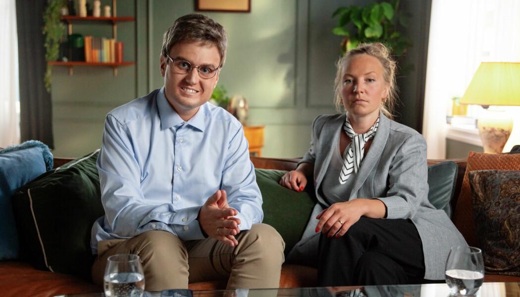 Hvor inderlig du ler av Kjell Simens pinglete forsøk på å blidgjøre Britt Helen i serien <i>Parterapi</i>, kommer blant annet an på hvor sosialt nær eller fjern han er for deg.  Hvis han minner for mye om deg selv eller ektefellen din, kan sketsjen oppleves mer ubehagelig enn morsom, mener forskerne. (Foto: Tor Eigil Scheide / NRK)