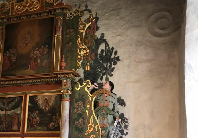 I Hof kirke i Vesfold har deler av altertavlen blitt rekonstruert med skyggen som forbilde. (Foto: Susanne Kaun / NIKU)
