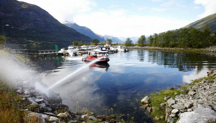 Behandling av elvemunninger i Romsdalsfjorden i Møre og Romsdal ble gjort ved hjelp av kraftige vannkanoner som sprøytet fortynnet rotenon. (Foto: Dag Karlsen)