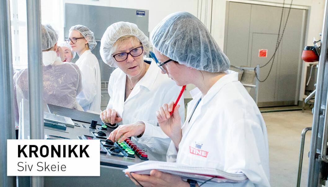 Kronikkforfatter Siv Skeie på jobb i «matpiloten», NMBUs nasjonale testanlegg for matproduksjon. Skeie slår et slag for prosessert mat i kampen mot matsvinn. (Foto: Håkan Sparre)