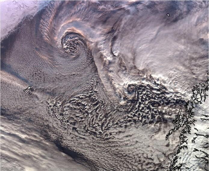 De hvite skyvirvlene i dette satellittbildet er polare lavtrykk. (Foto: Meteorologisk institutt)