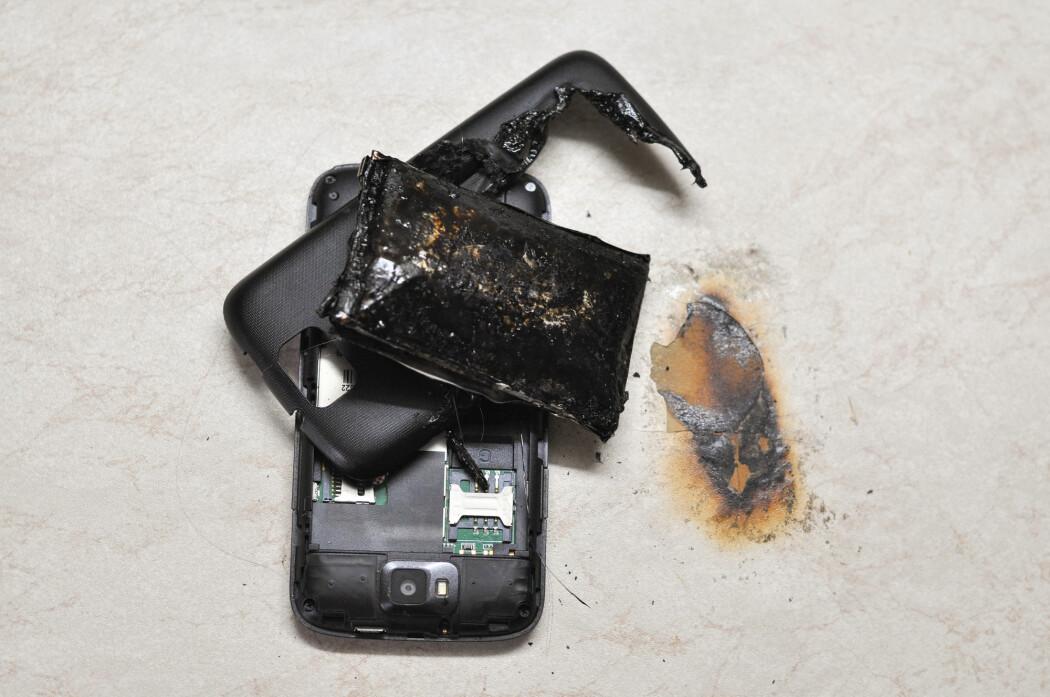 – Det er ille nok når en mobiltelefon eksploderer, men konsekvensene kan bli mangedoblet når større batterier feiler, skriver Halvor Høen Hval. (Illustrasjonsfoto: Ivan Marjanovic / Shutterstock / NTB scanpix)