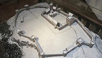 Denne modellen av viser hvordan arkeologene tror ringmursborgen i Tunsberghus lenger sør i landet så ut på 1200-tallet. (Foto: Wolfmann / CC BY-SA 4.0)
