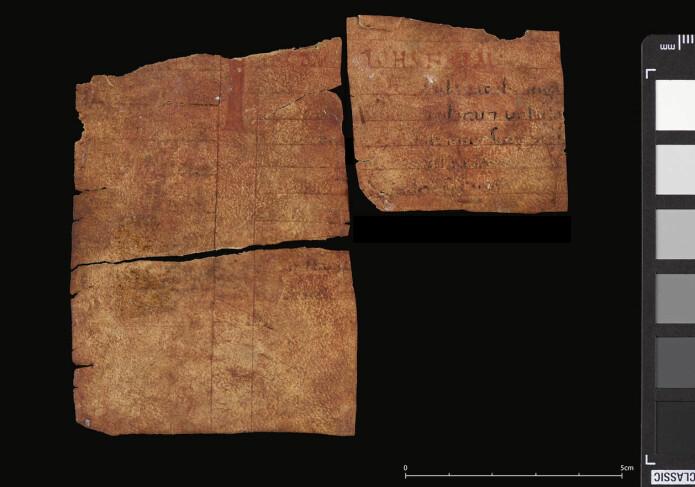 De tre bokfragmentene funnet på innsiden av Kyrkjebø-madonnaen. Restene av den faste innledningen til evanglielesningen, «In diebus illis» (eller «In illo tempore») og ordet «IOHANNEM» er synlig i rødt på øverste linje, til høyre. (Foto: Åslaug Ommundsen)