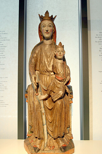 Madonnaen fra Kyrkjebø i Sogn kan dateres til sent 1200-tall, og kom fra Kyrkjebø til Bergens Museum på 1800-tallet. (Foto: Anne-Sophie Ofrim / CC BY SA 2.0 / Wikimedia commons)