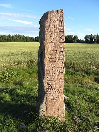 Nær Värmlands grense mot Närke står Järsbergsteinen ved en gammel vei. Det er kanskje den yngste av de kjente jarlesteinene, fra mellom år 520 og år 570 e. Kr. Innskriften lyder «Leubar heter jeg Ravn blir jeg kalt jeg erilen skriver runer» (Foto: D.O.G.A. / CC BY-SA 3.0 / Wikimedia commons)