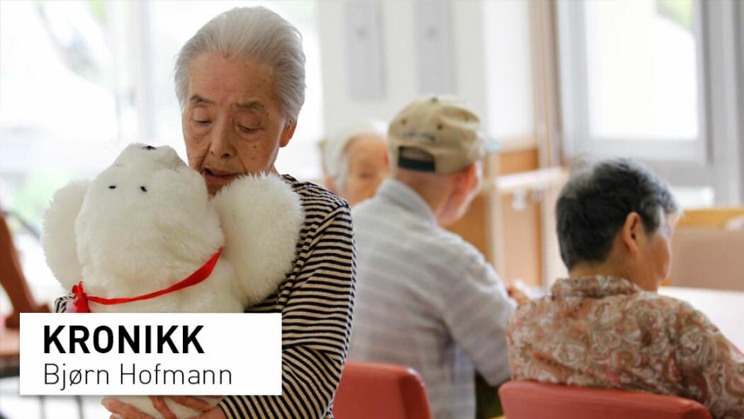 Robot-selen Paro har lenge vært i bruk på japanske sykehjem. Der skal den fungere som selskap for de eldre, i håp om å stimulere dem sosialt. Men kan en liten lodden robot virkelig erstatte kontakt med et annet menneske?