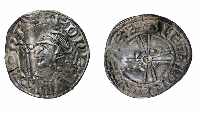 Den engelske kongen Edward the Confessor (1042-1066), sølvpenning bøyd og med feste til hempe. Funnet med metallsøker i Manvik i Brunlanes 2010.