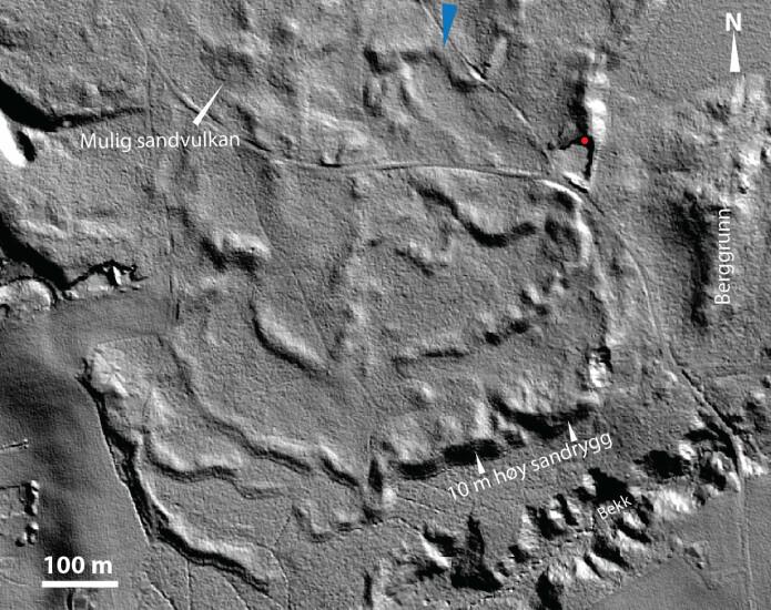 Skyggerelieff fra laserdata over studieområdet nord for Kongsvinger. En rekke sanddyner ligger rett nedstrøms for en trang berggrunnspassasje (blå pil i flomretningen). Massetaket hvor undersøkelsene er utført er merket med rød prikk.