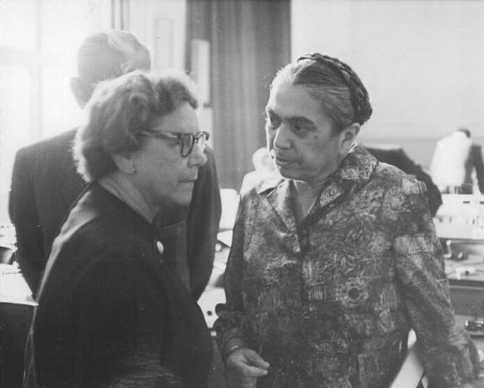 Som visepresident i DDRs høyesterett ledet Hilde Benjamin (til høyre) de beryktede Waldheim-prosessene, noe som ga henne tilnavnene «Den røde giljotin» og «Blodige Hilde». Foto: Stöhr.