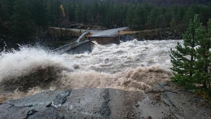 I november 2018 førte store mengder regn og vann fra snø- og bresmelting til at Dyringsbrua ved Liavassosen i Skjåk forsvant på sekunder .