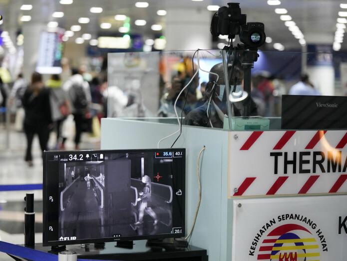 Flere flyplasser har begynt å måle temperaturen til passasjerer som kommer direkte fra Kina. Hvis kroppstemperaturen er for høy, blir de testet for det nye coronaviruset.