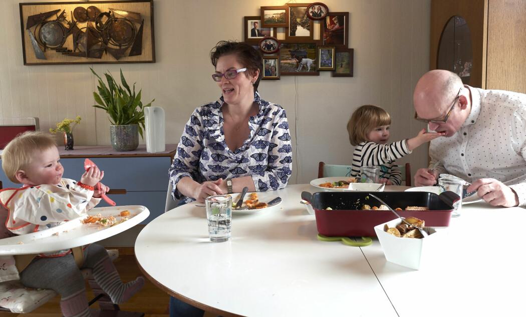 Nå som påsken står for tur vet jeg at vi skal servere mat som fireåringen sjelden har smakt. Jeg tenker derfor at det blir ekstra viktig å ta henne med på matlagingen, så hun blir vant med familiens mattradisjoner, skriver Siril Alm, her avbildet sammen med familien.