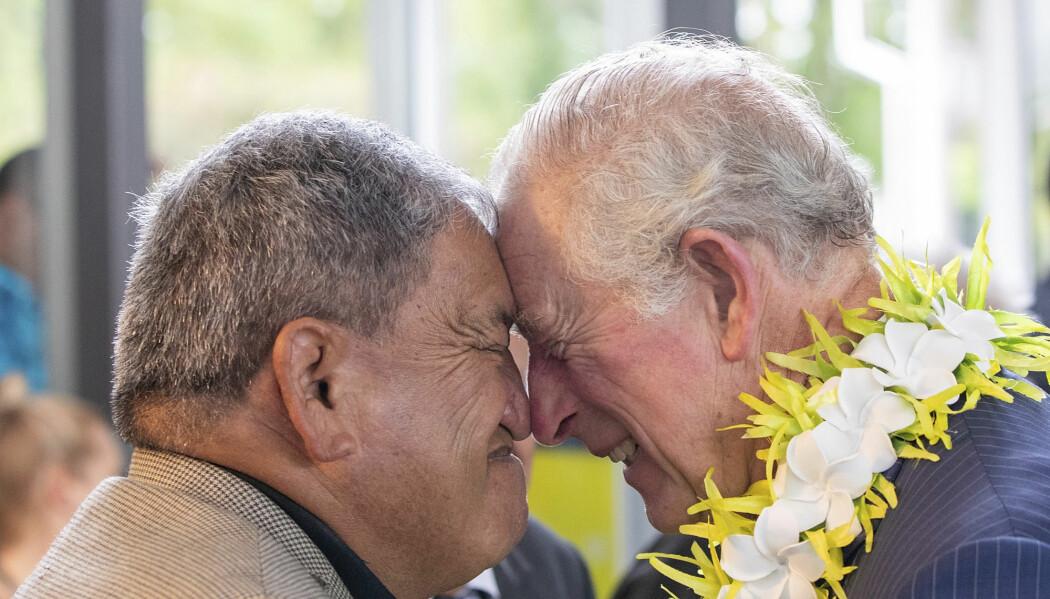 Den tradisjonelle māorihilsen - hongi, innebærer at to personer hilser gjennom å trykke panne og nese mot hverandre. Slike tradisjoner blir vanskelig å etterleve i et land med strenge restriksjoner på grunn av koronautbruddet, skriver Torjer Andreas Olsen.