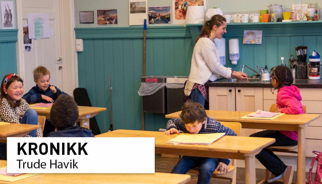 Lærer Maria Gystad viser 3. klasse elevene på Nordstrand Steinerskole hvordan man vasker hendene i klasserommet.