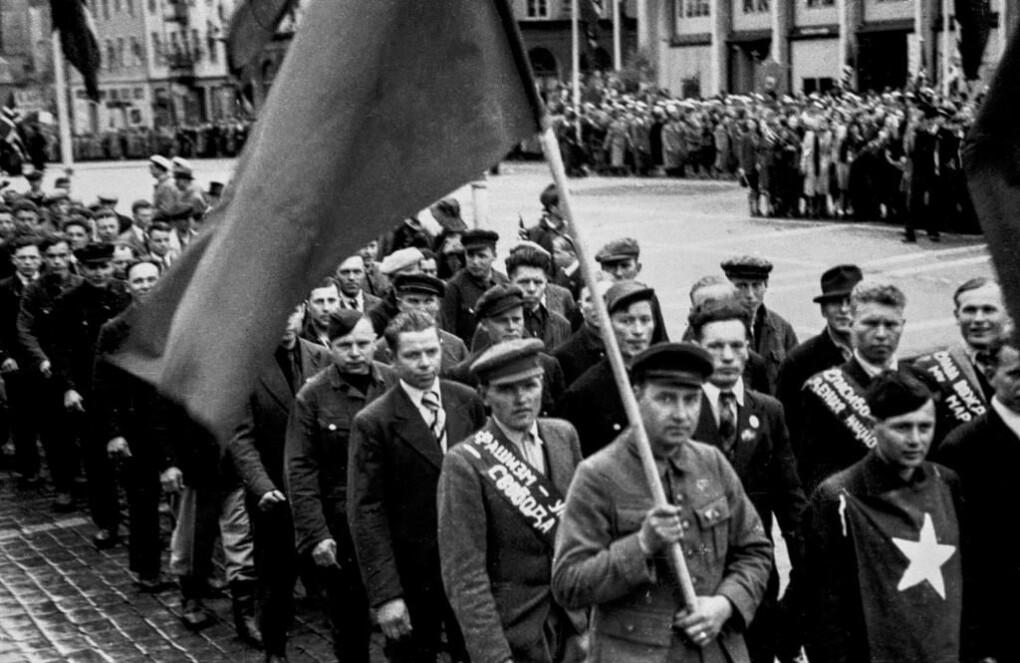 Frigitte sovjetiske krigsfangar i 17. maitoget i Bergen i 1945.