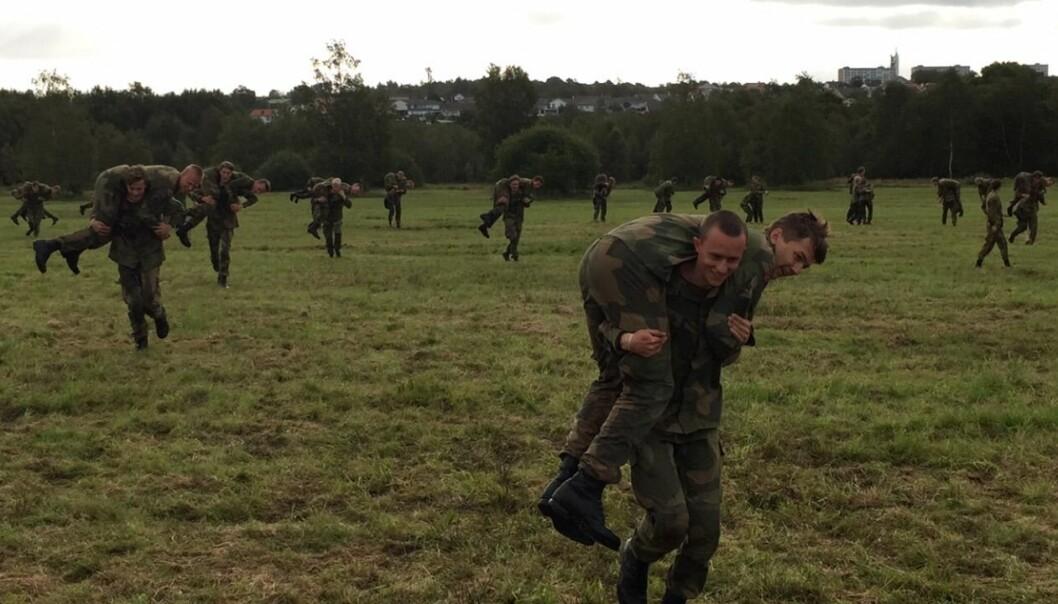 Rekrutter på Madla øver på såkalt «tassing» - å bære en skadet soldat i trygghet. Bildet er tatt av forsker Nina Hellum da hun bodde sammen rekruttene august 2019.