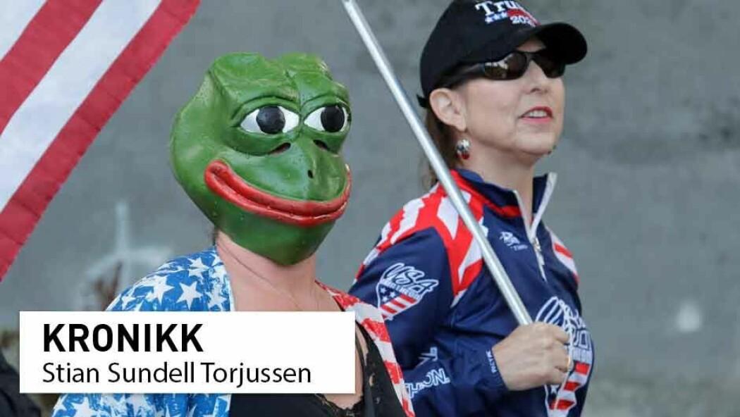 Blant de mest kjente motivene i 4chan-memer er tegneseriefrosken Pepe. Her ser du en kvinne med Pepe-maske under en demonstrasjon mot korona-tiltak i den amerikanske hovedstaden tidligere i år.