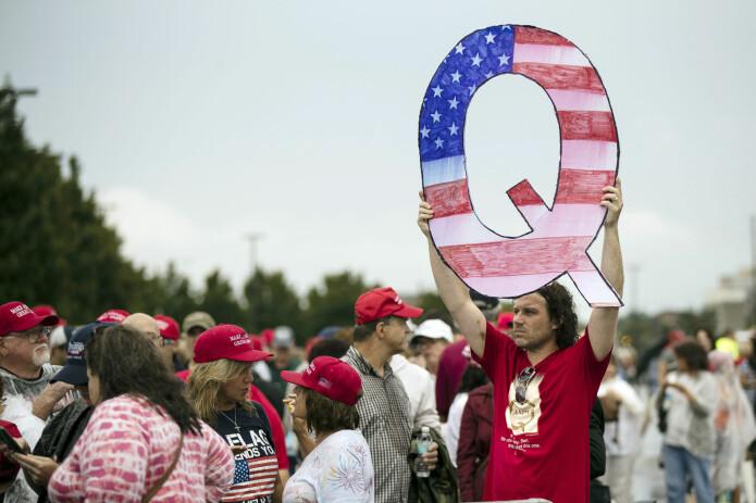 En Trump-tilhenger med et hjemmelaget QAnon-skilt utenfor et Trump-rally i 2018.