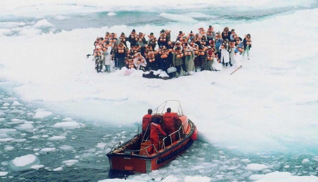I 1989 ble nesten tusen personer evakuert fra cruiseskipet Maxim Gorkiy, da det støtte på drivis utenfor Svalbard. Mange av passasjerene måtte søke tilflukt på drivisen. Her blir noen få av dem reddet av den norske kystvakten.