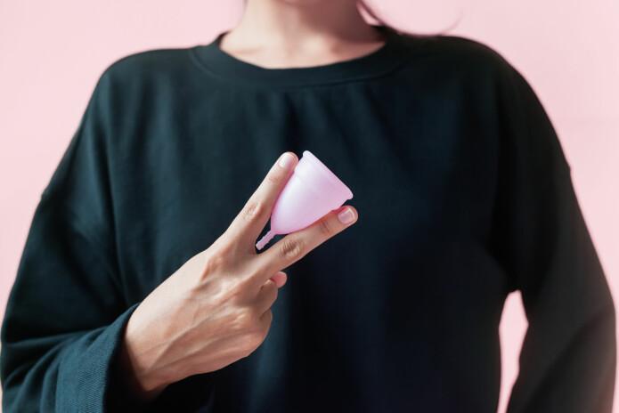 - Menstruasjonskoppen er et eksempel på at forbrukervaner kan endres, og viser dessuten at i løpet av hundre år har menstruasjonsmarkedet bitt seg selv i halen. Våre bestemødre lagde egne bind som de vasket. I dag ser en ny generasjon kanskje ikke på dette med gru, skriver Camilla Mørk Røstvik.