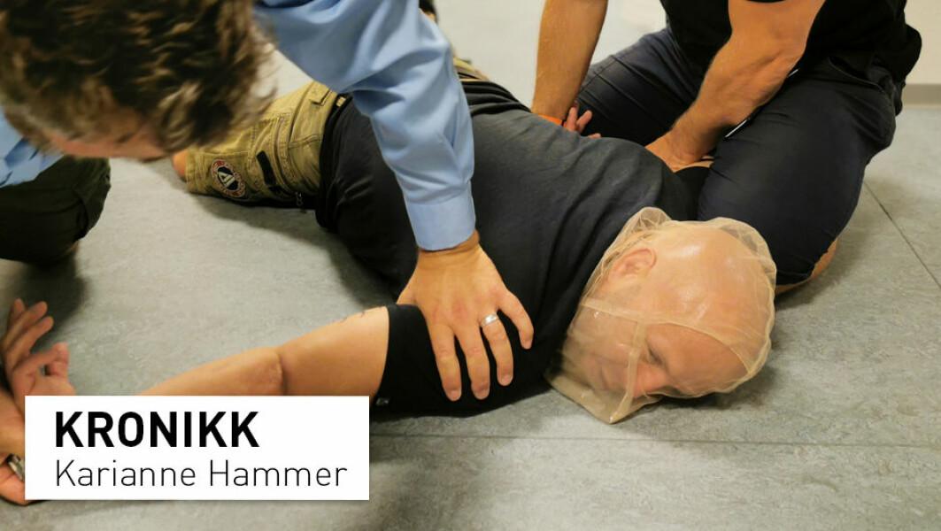 – Under øvelse var min kollega nær ved å besvime, da han ble lagt i mageleie og fikk masken tredd over hodet. Han er fysisk og psykisk frisk og godt vant med bryteøvelser, skriver Karianne Hammer.
