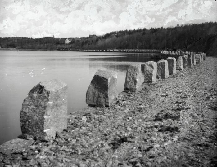 Kongssteinen endte opp som små stabbesteinen omkring Hillevågsvatnet Fotografiet er fra rundt år 1890.