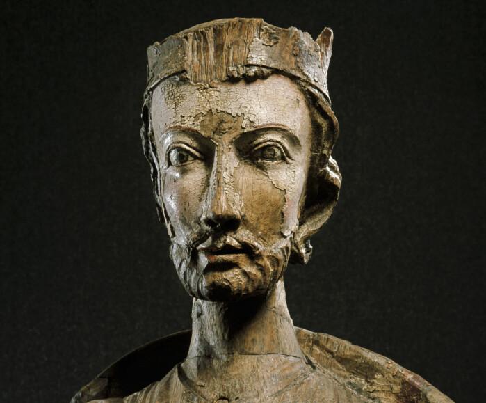 Denne figuren av St. Olav er fra Fresvik kirke og stammer fra rundt år 1250.