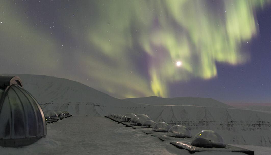 På Svalbard kan man observere nordlyset både om natten og dagen gjennom mørketida. Her ser vi nordlyset danse over Kjell Henriksen Observatoriet på Svalbard.