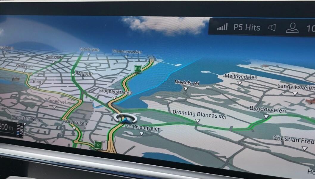 Geofence-teknologi sender informasjon om trafikkregler og kjøreforhold direkte til bilen. Hybridbiler som kjører inn i lavutslippsområder kan få beskjed om å bytte til elektrisk drift. Illustrasjonen viser dashbord i en ny BMW hybridbil, de grønne linjene indikerer lavutslippssoner.