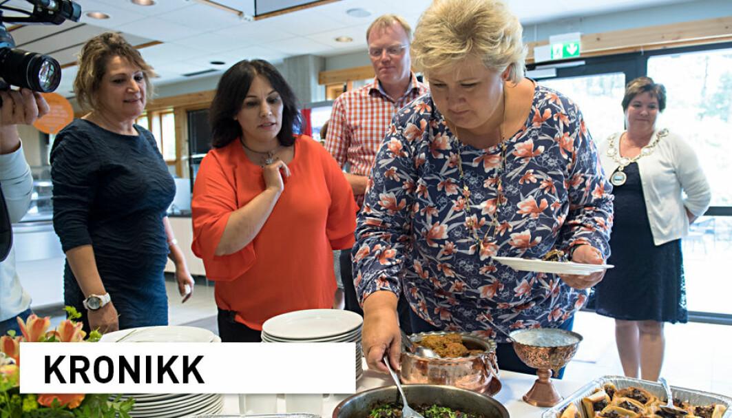 Det kan være vanskelig å forene ulike hensyn i integrering, forteller forskerne bak en ny bok om integrering i lokalsamfunn. Her ser vi Shahnaz Fadaie (t.v.), Paruin Joma og Berrin Straume servere internasjonal mat til statsminister Erna Solberg i forbindelse med et integreringstiltak for flyktninger på Sotra.
