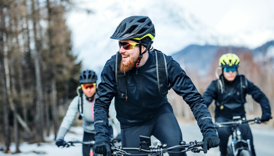 Prisen for å sykle på bar asfalt om vinteren kan være en rusten sykkel til våren. Så hva er best av saltet eller strødd vei?