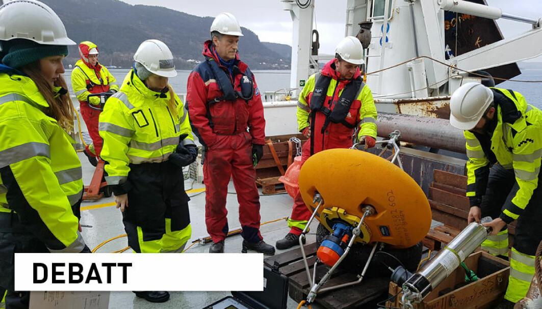 En gruppe bachelorstudenter undersøkte hvordan fjordområdene og været henger sammen. Det viste seg at feltarbeid til havs og land er mer enn bare et avbrekk fra digital undervisning. Her ser vi gjengen i aksjon på forskningsskipet Kristine Bonnevie.