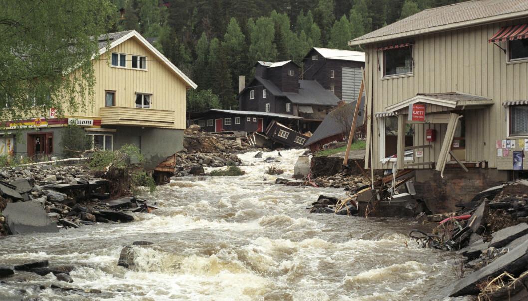 Snøsmelting og regn forårsaket flommen i Gudbrandsdalen i 1995. Bildet viser Tretten etter at Moksa, en sideelv til Gudbrandsdalslågen, har funnet seg et nytt løp gjennom sentrum.