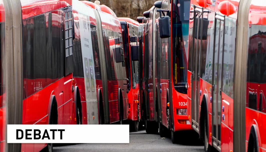 Vi trenger færre busser enn biler for å frakte samme mengde mennesker. Dermed er det fortsatt et klimaargument å fremme kollektive løsninger fordi dette vil redusere utslippene i produksjonsfasen, skriver tre forskere.