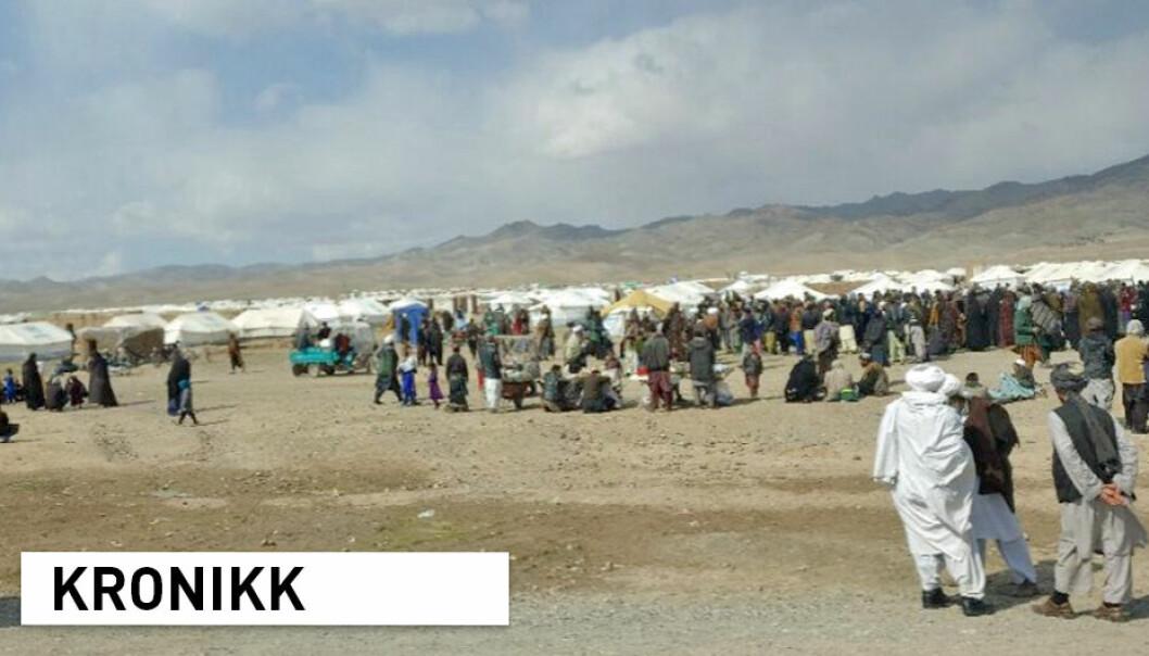 Menneskerettigheter og frihet fra overgrep kan ivaretas selv om det ytes humanitær hjelp, skriver Karim Merchant og Ingrid Nyborg ved NMBU. Avbildet: Koordineringsmøte i en leir for internt fordrevne åtte kilometer øst for Herat, Afghanistan.