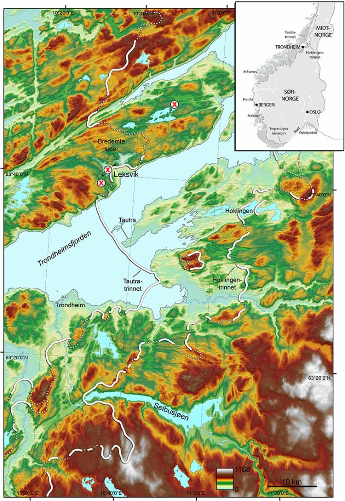 Figur 1. Høydemodell over sentrale deler av Trondheimsfjorden, med brerandtrinn, bresjøer i Leksvik og studerte basseng (røde kryss). Norgeskartet viser hvordan isdekket lå over landet.