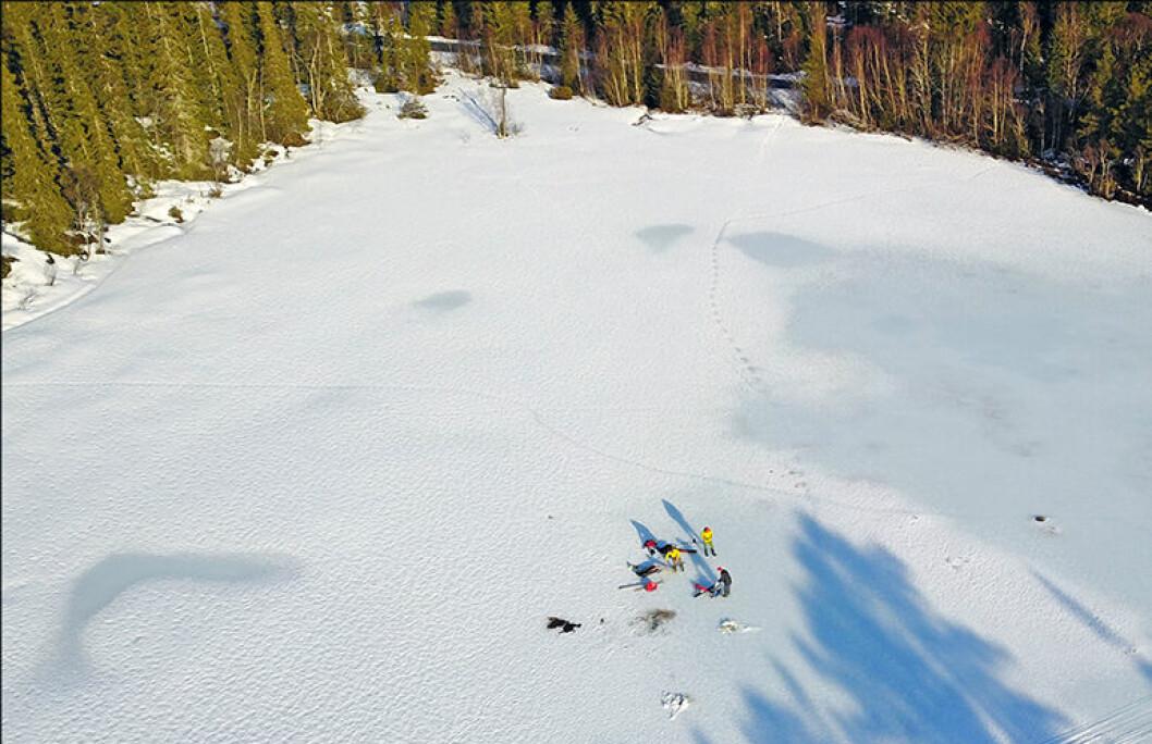 Figur 2. Slik kan det se ut på isen når geologene henter ut sedimentprøver fra bunnen av innsjøer.